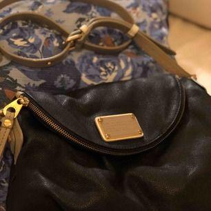 Marc Jacobs-väska sparsamt använd. Mörkbrun med beiga detaljer