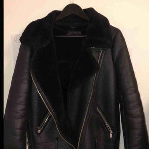 Zara jacka i storlek xs. Populära modellen aviator jacket. Knappt använd då den är i fel storlek för mig. Nypris:999