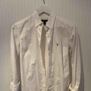 Snygg, enkel, vit gantskjorta. Skönt material, sparsamt använd ❣️✨   Priset inkluderar ej frakt.