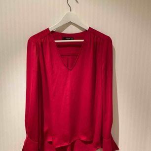 Fin röd blus i mjukt, sammetsliknande tyg. I väldigt bra skick! ❣️✨   Priset inkluderar ej frakt.