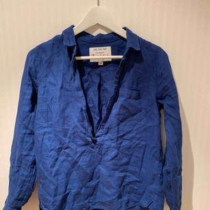 Enkel mörkblå bondelid-skjorta med knappar över bröstet ❣️✨   Priset inkluderar ej frakt.