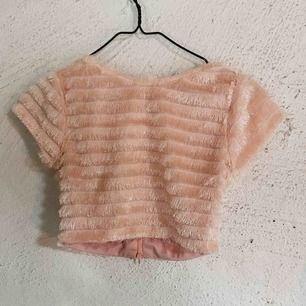 Söt croppad topp i fluffigt rosa tyg. En liten dragkedja på baksidan. Kan fler skicka bilder på begäran! Köpt på Asos. Frakt tillkommer 🌹