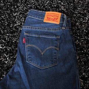 Säljer mina oanvända jeans, bara testade då jag märkte att dom va för stora. Jag har tyvärr slängt dem tags som fanns på. Köpta på NK för någon månad sedan. Nypris: 999 Mitt pris: 600 Kan fraktas men även mötas upp i Göteborg.