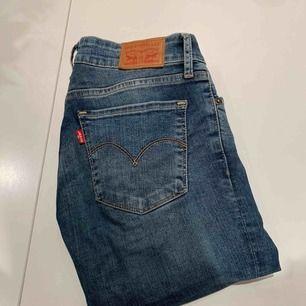 Helt oanvända Levi's jeans i mörkare jeanstyg samt lågmidjade. Fick dessa i julklapp men passade mig inte i storleken. ✨❣️   Priset inkluderar ej frakt.