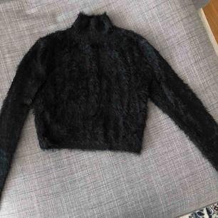 Lurvig croppad tröja från Tigermist, storlek S. Använd en gång. Nypris 700kr!
