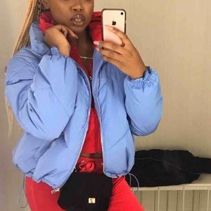 Nu säljer jag min blåa puffer jacka ifrån H&M, den är i storlek M & jag personligen har strl S/XS men den satt fint. 200kr Inkl Frakt annars finns jag i Stockholm!