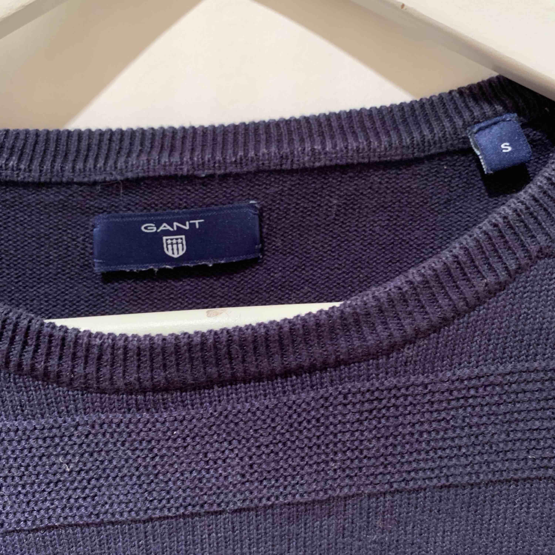 Mörkblå gant sweatshirt, sparsamt använd! Mycket skönt material ❣️✨   Priset inkluderar ej frakt. . Tröjor & Koftor.