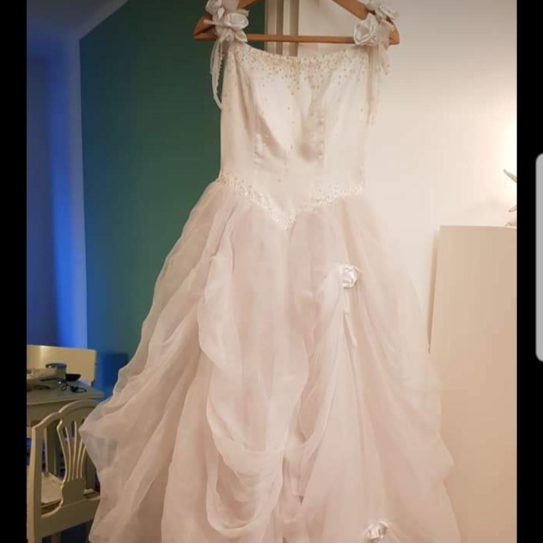 afbb6e7dcada Bröllopsklänning, stl 34-36. Vacker men behöver kemtvättas.