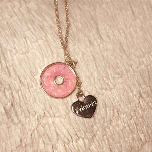 """Fint halsband med två st """"berlocker"""" en donut och ett hjärta med ingraverad text som lyder """"friend"""". DM för info. Frakt tillkommer på 9 kr. 🖤"""