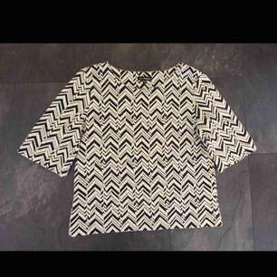 Cool tröja strl 38. Ganska tjockt material .
