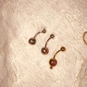 Oanvända navelpiercingar i olika färger. En silver med svart pärla, en guld med rosa pärla och en silvrig med rosa pärla. DM för info. Frakt tillkommer på 9kr. 🖤