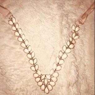"""Fint halsband med ljusrosa/beiga """"pärlor"""" med snörning baktill. Superfin till urringad tröja. Frakt tillkommer på 9kr. 🖤"""