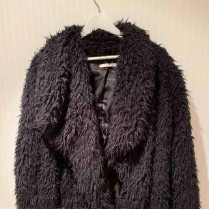 Fluffig svart jacka från Esprit, köpt på MQ. Passar perfekt till utekvällar, fester eller när man bara vill vara allmänt in-style! ❣️✨ pris inkluderar ej frakt.