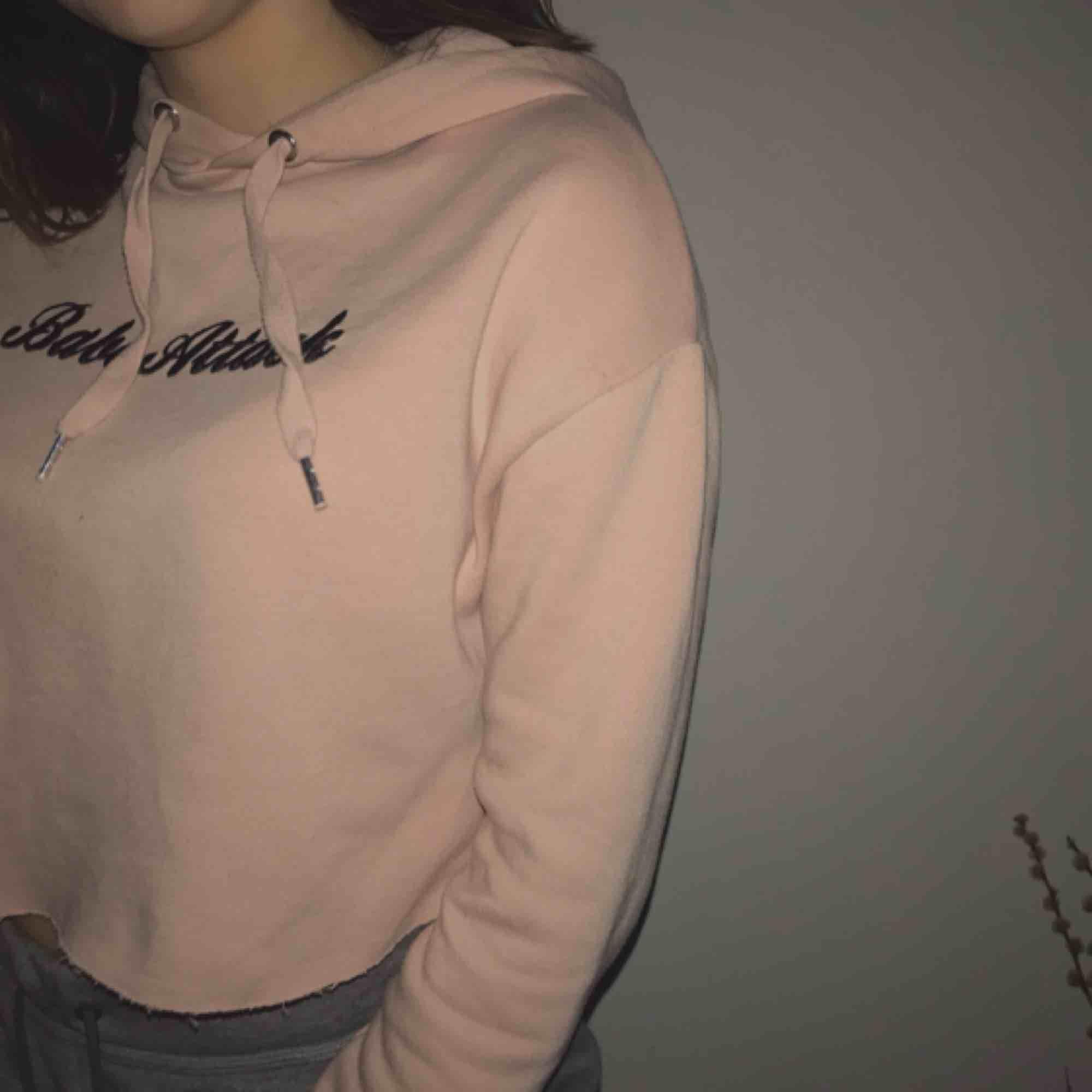 Croppad huvtröjor med ett tryck på bröstet Ljusrosa/nude färgad Storlek XS Nytt fint skick. Huvtröjor & Träningströjor.