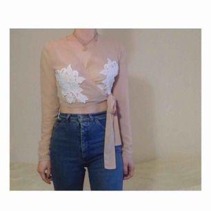 ✨🥀NUDE WRAP TOP🥀✨ Stl: märkt 34. Längd ca 36cm, ärmlängd 58cm. 100% Polyester. Köparen betalar frakten!