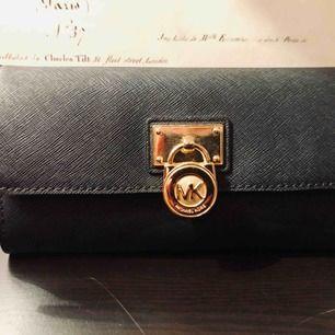 MK Plånbok i läder Färg: Svart med guld detalj Skick: Fint
