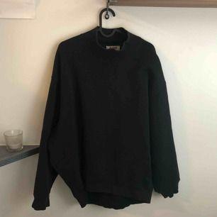 jättesnygg svart sweatshirt från acne, med halvpolo-krage. stl.S men den är oversized så passar mer L-XL skulle jag säga!  finns i gbg, kan också skickas (frakt: ca 100kr)