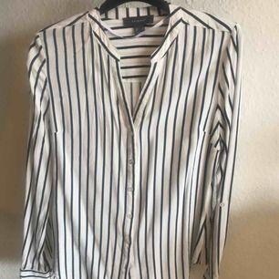 Randig figursydd blus/skjorta. Endast använd en gång. Från djur-och rökfritt hem. Frakt är inräknat i priset 🌸 betalning via swish