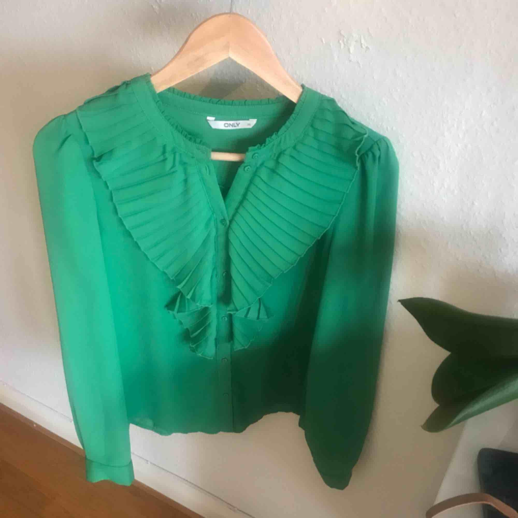 Grön oanvänd blus från only med krås, storlek 36. Från djur- och rökfritt hem. Frakt är inräknat i priset 🌸 betalning via swish . Blusar.