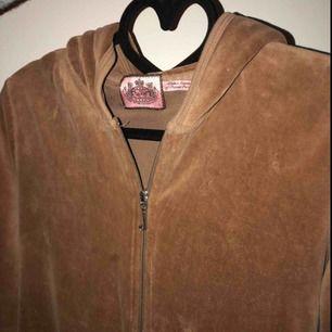 Ganska använd juicy couture kofta Nypris 1200kr Storlek L men har själv S och den passar!