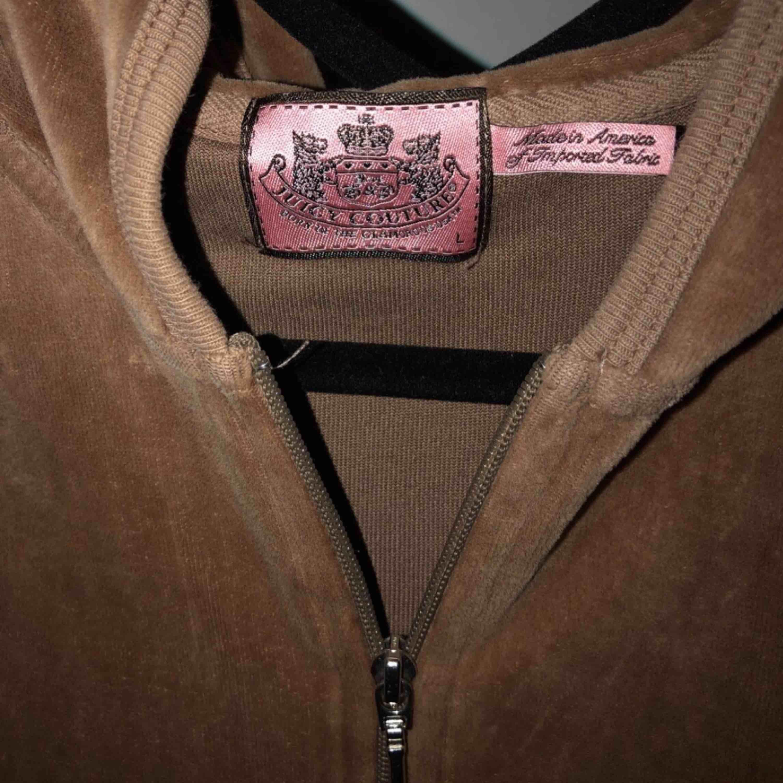 Ganska använd juicy couture kofta Nypris 1200kr Storlek L men har själv S och den passar!. Tröjor & Koftor.