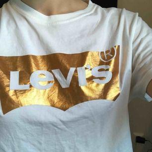 Levis T-shirt med roséfärgat tryck. Ej den tajta modellen utan en något mer avslappnad modell, passar därför flera storlekar.