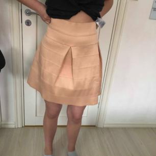 Oanvänd fin kjol från cubus med lappen kvar Orginalpris 300kr men köpt på rea för 90 Säljer för 50kr frakt inräknad