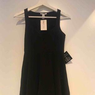 Enkel svart klänning som funkar till alla tillfällen