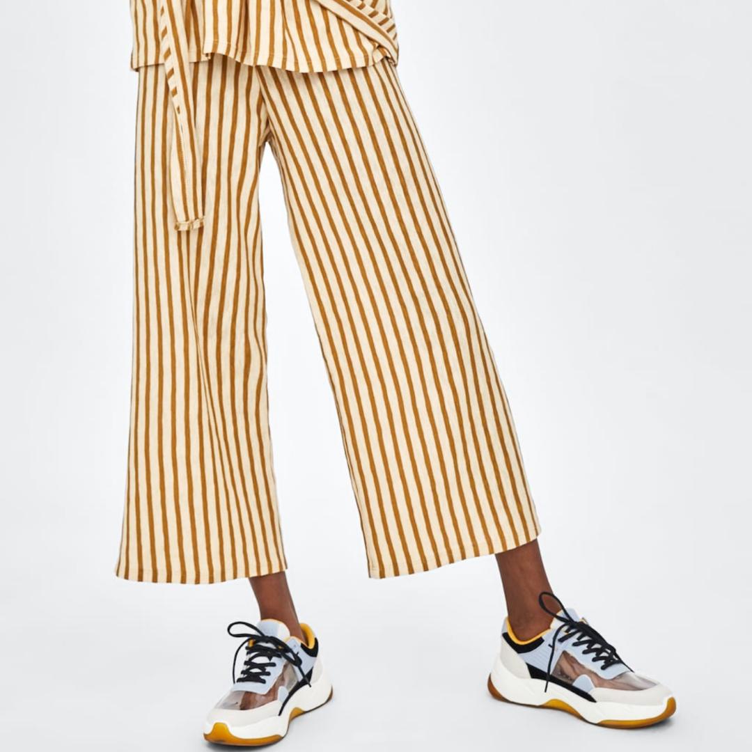 Säljer dessa jättefina randiga nya byxor från zara, prislappen sitter kvar och dom är endast testade men passade inte mig så säljer dom vidare! Perfekta till sommaren <3. Jeans & Byxor.
