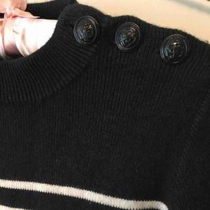 Mjuk stickad tröja från franska Petit bateau, 55% kashmir 45% bomull. Mörkblå med vita ränder. Passar dig som har S/36. En underbar tröja som jag helst inte vill sälja men den är aningen för liten för mig som har S/M. Den förtjänar användas mer!