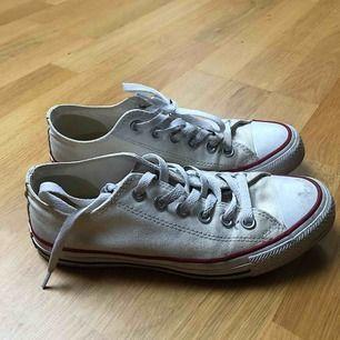 Äkta converse som aldrig kommer till användning längre. Är inte 100% vita, men går säkert att tvätta och byta snören om man vill det. Fraktas eller möts upp i sthlm💜