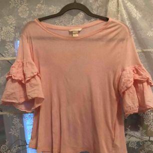 Rosa t-shirt med veckade ärmar, knappt använd och frakt ingår i priset 💕