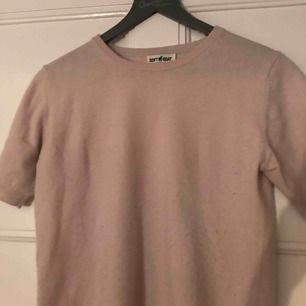 En härlig ljusrosa softgoat tröja! Har använts ett flertal gånger därför har jag satt ett så lågt pris (original pris är 1095kr!!) ett litet hål på sidan annars i bra skick. Cashmere. Frakt ingår som vanligt❤️❤️