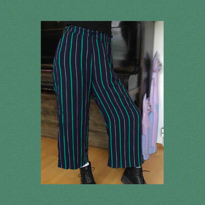 Ett par jättemysiga flowpants från Gina Tricot! Knappt använda och säljer pga för stora för mig:( Frakten är redan inräknad i priset!!. Jeans & Byxor.