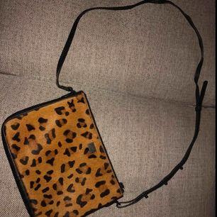 Väska från Twist&Tango, nypris 1000kr. Inköpt förra sommaren. Något sönderskavd på baksidan, se tredje bilden.