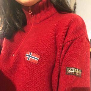 Röd stickad tröja från Napapijri. Köpt på second hand och aldrig använt så den är i mycket bra skick. Strl S. Väldigt mysig och snygg tröja! Jag fraktar.