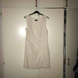 Vit klänning kemtvättad och även nu stryckts, jättefin kom med prisförslag.