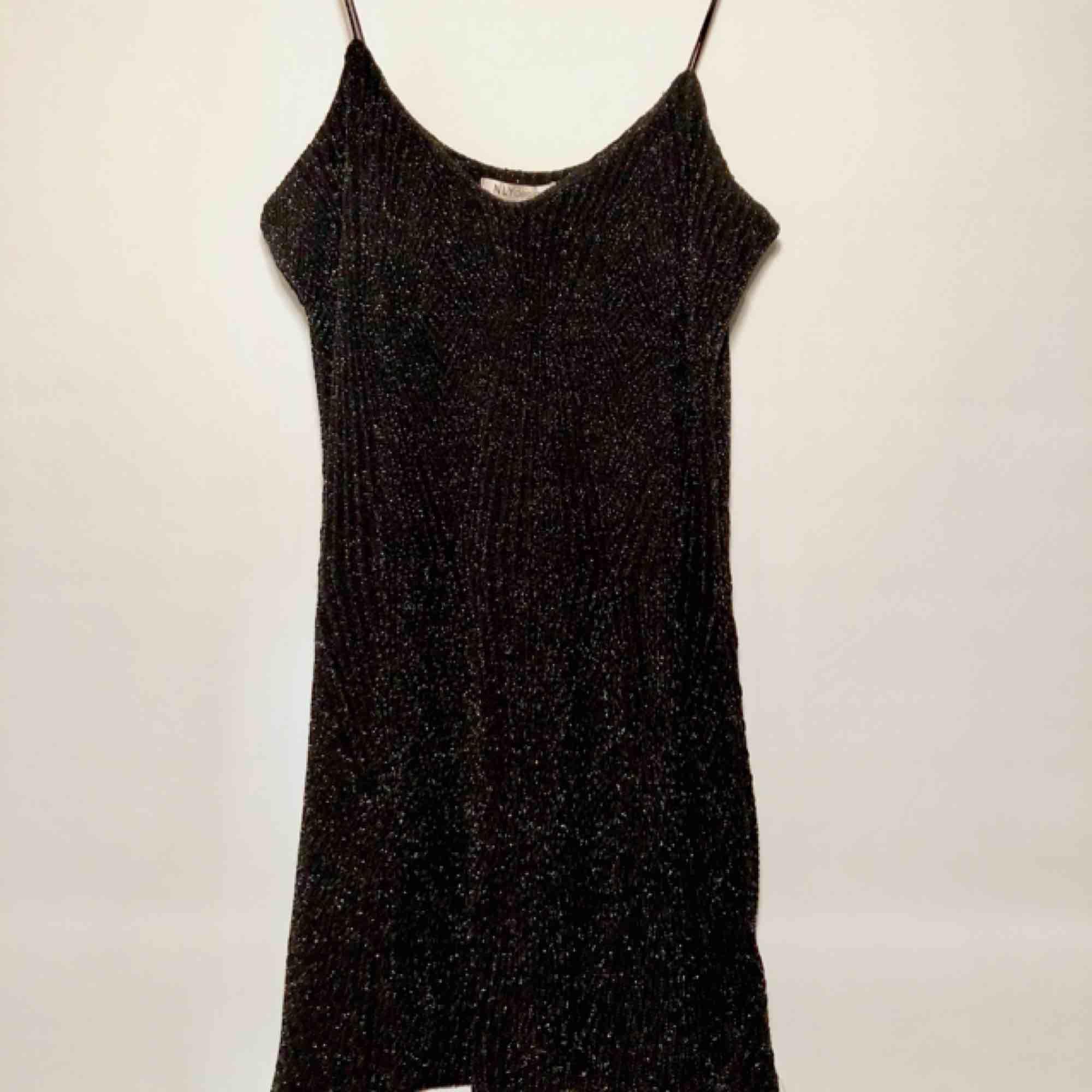 Superfin kort glittrig klänning, väldigt skönt material. Ganska djup ringning både fram och bak. Aldrig använd endast testad. Passar S-M. Fri frakt!. Klänningar.