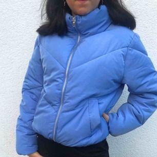 Snygg blå jacka köpt på h&m. Strl XS men ganska stor i storleken. Jag fraktar!