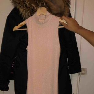 Säljer min långklänning från Rebecca Stella då den inte passar mig, har testat att få på mig den därav foundationfläcken och därav priset. Priset kan diskuteras vid snabbaffär