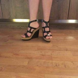 äkta CHRISTIAN LOUBOUTIN kilklackar patent leather äkta skinn Hela skorna svart Klackar 13cm Platform 4cm faktiskt i nyskick. Inga märke eller skador förutom skosolan som visar märke av användning.
