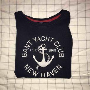 Var min favorit tröja och Alltså denna sitter så fint och är bara allmänt superfin. Har varit en gammal favorit! En gant tröja hur som helst i marinblått. Skriv vid intresse☺️