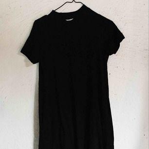 Slapp T-shirtklänning med högkrage och med fickor från Cheap Monday. Slutar ovanför knäna. Kan skicka fler bilder på begäran. Passar S också!  Frakt tillkommer 🌹