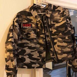 Jacka från H&M, lite croppad Sparsamt använd, passar strl.32-36 Swish, frakt tillkommer