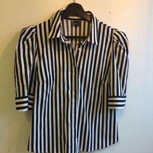 Skjorta från Gina !  Aldrig använd ! Passar en M/L :-)
