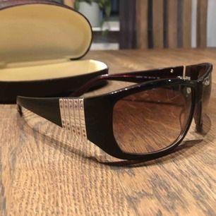 Äkta Laura Biagiotti solglasögon Använd men i väldig fint skick  Supersnygga - real fancy style  Bredd 14cm  Endast spårbar frakt