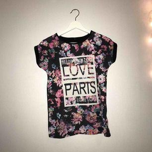 En fin t-shirt som jag älskar måste jag nu tyvärr sälja eftersom den är för liten :( Använd ganska mycket men fortfarande fint skick. Baksidan är helt svart. Storlek är avklippt men skulle säga att den sitter som en S❤️