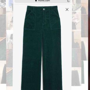 Ett par vida gröna manchesterbyxor från Monki. Strl 32 och passar dig som är lite mindre. Grymt snygga och endast använda ett fåtal gånger. Som nya! Jag fraktar!