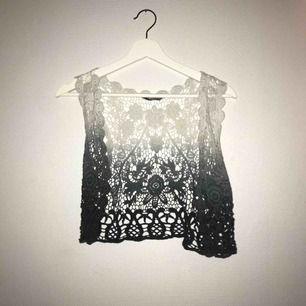 """En fin """"genomskinlig"""" kofta i vit som går över till grått. Jättefin att ha över en klänning på sommaren. Väldigt fint skick❤️"""
