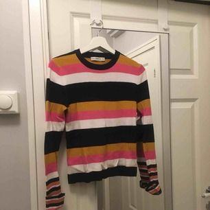 Randig stickad tröja från Zara i stretchigt material. Kortare i modellen så passar bra till höga byxor eller kjol.